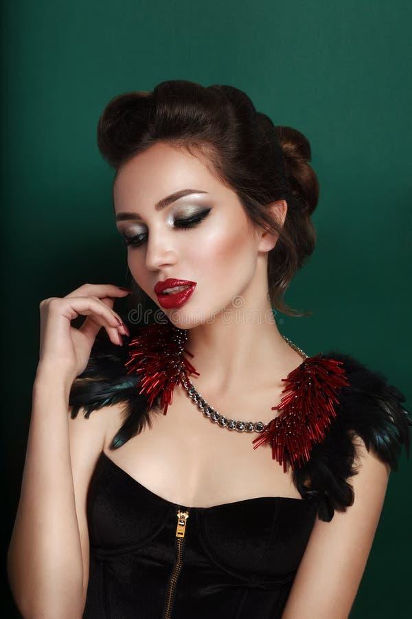Schoonheidsportret van jonge donkerbruine vrouw in zwart korset stock foto's