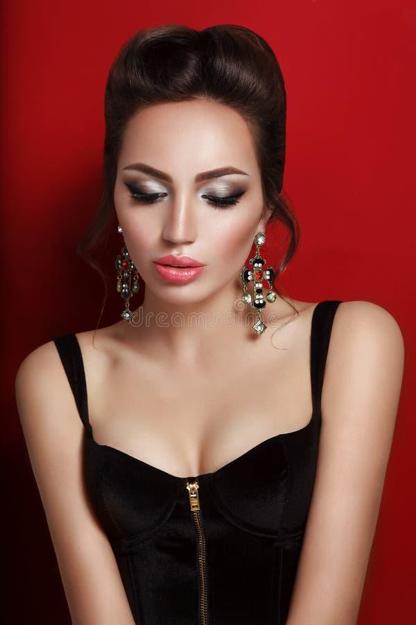Schoonheidsportret van jonge donkerbruine vrouw in zwart korset royalty-vrije stock afbeeldingen