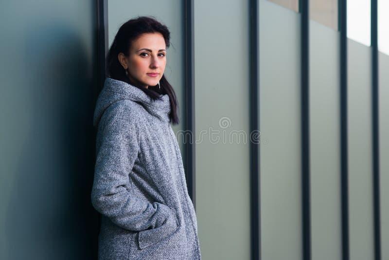Schoonheidsportret van jonge volwassen vrouw in stad royalty-vrije stock afbeeldingen