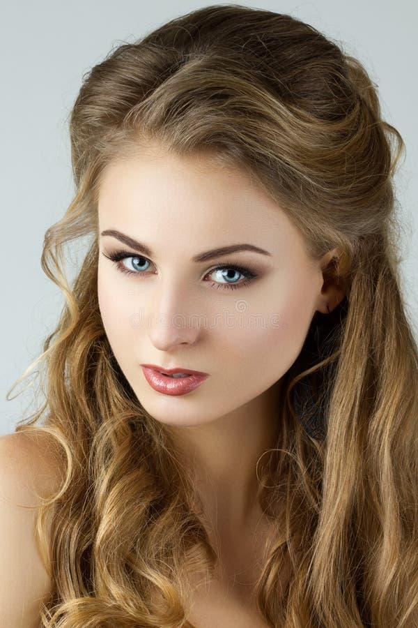 Schoonheidsportret van jonge vrouw stock foto