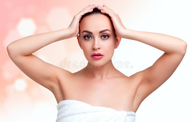 Schoonheidsportret van jonge vrouw in handdoek na douche royalty-vrije stock foto's