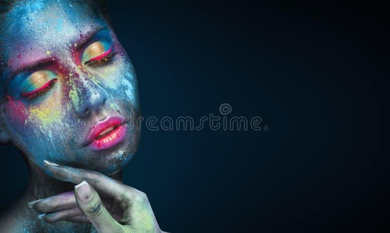 Schoonheidsportret van jonge vrouw met blauwe artistieke make-up stock afbeeldingen