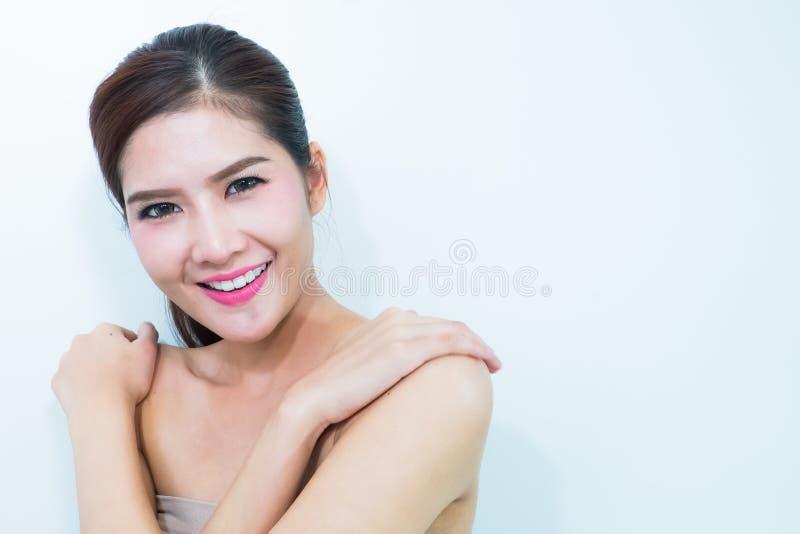 Schoonheidsportret van jonge vrouw met mooi gezond gezicht, nagel royalty-vrije stock afbeeldingen