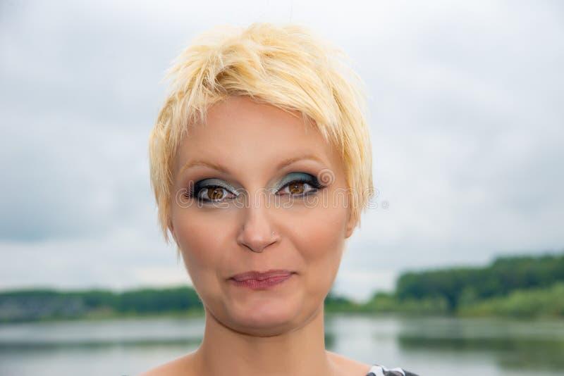 Schoonheidsportret van Kaukasisch wit meisje met kort blondiehaar in openlucht De ogenmake-up van Smokey royalty-vrije stock fotografie