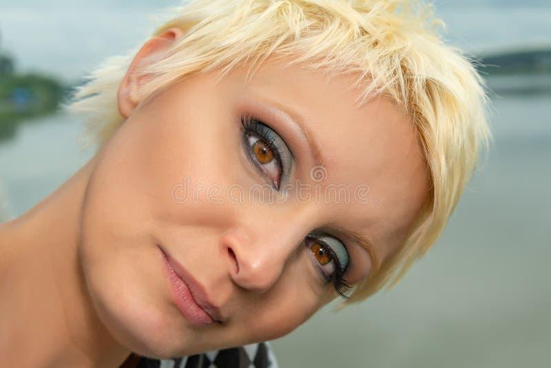 Schoonheidsportret van Kaukasisch wit meisje met kort blondiehaar in openlucht De ogenmake-up van Smokey stock foto's