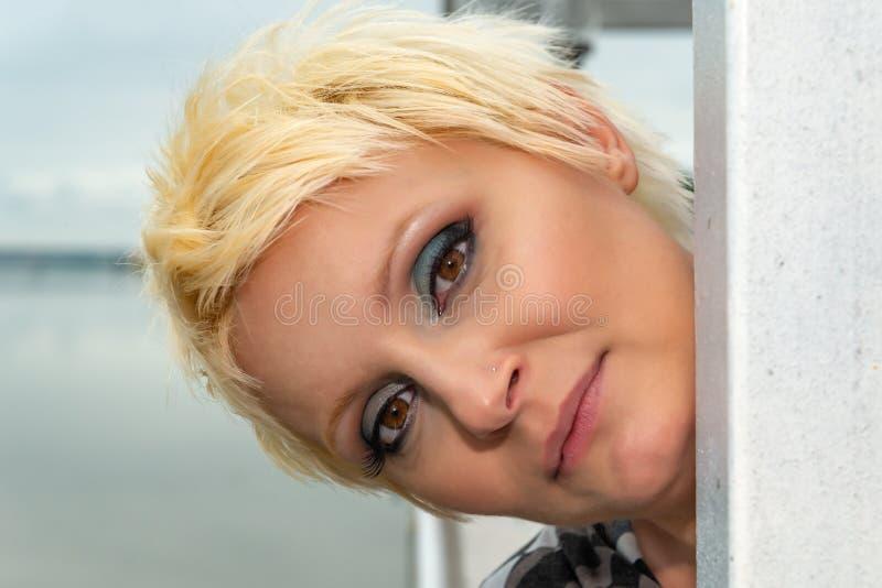 Schoonheidsportret van Kaukasisch wit meisje met kort blondiehaar in openlucht De ogenmake-up van Smokey royalty-vrije stock afbeeldingen