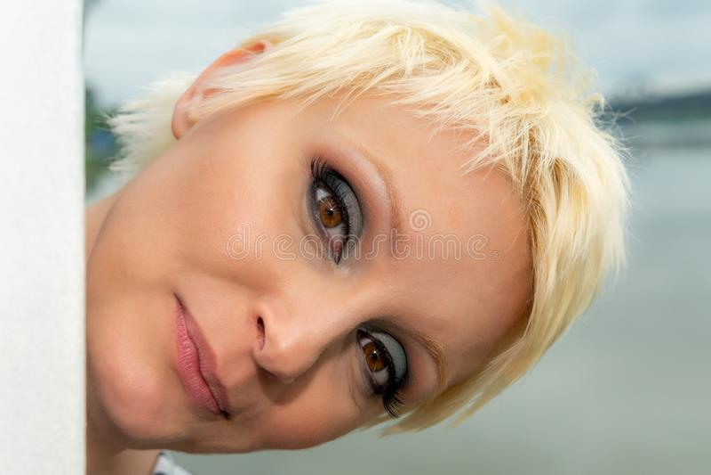 Schoonheidsportret van Kaukasisch wit meisje met kort blondiehaar in openlucht De ogenmake-up van Smokey royalty-vrije stock foto's