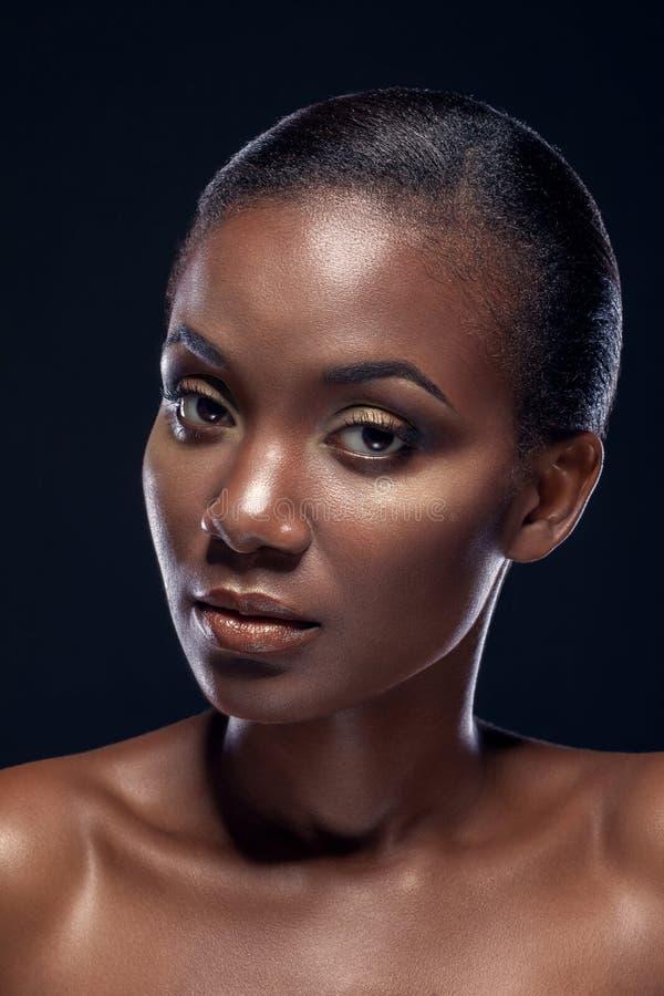 Schoonheidsportret van knap etnisch Afrikaans meisje, op donkere backgro stock foto's
