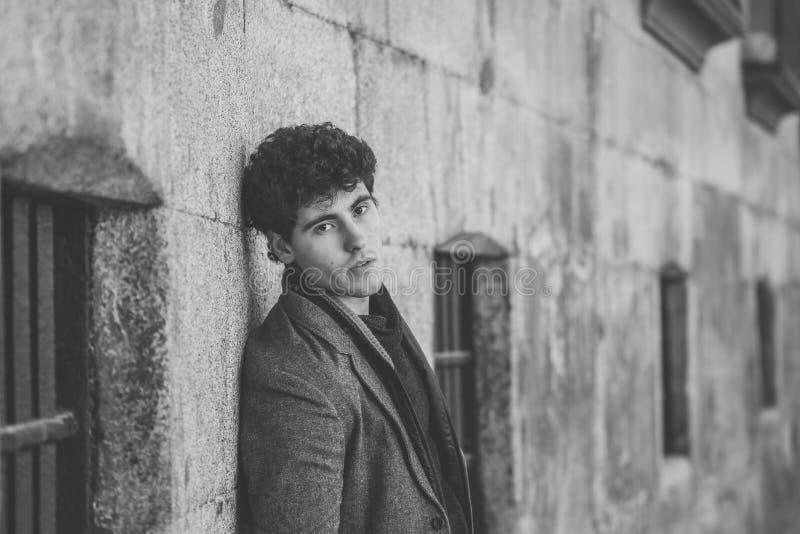 Schoonheidsportret van manier het jonge aantrekkelijke jonge mens stellen in stedelijke Europese stadsstraat stock foto
