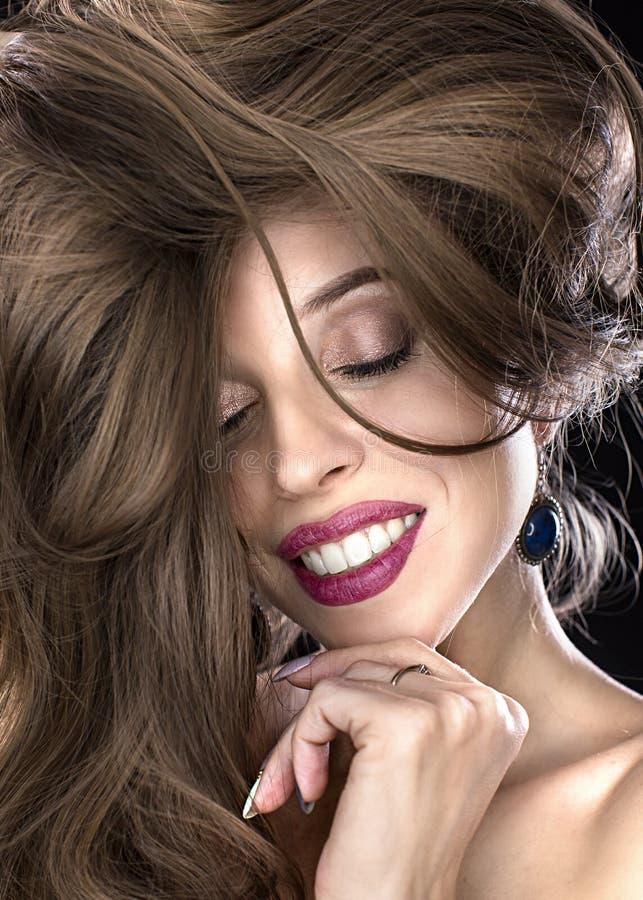 Schoonheidsportret van mooi model met lang recht gezond die haar over witte achtergrond wordt geïsoleerd Jonge aantrekkelijk royalty-vrije stock afbeelding