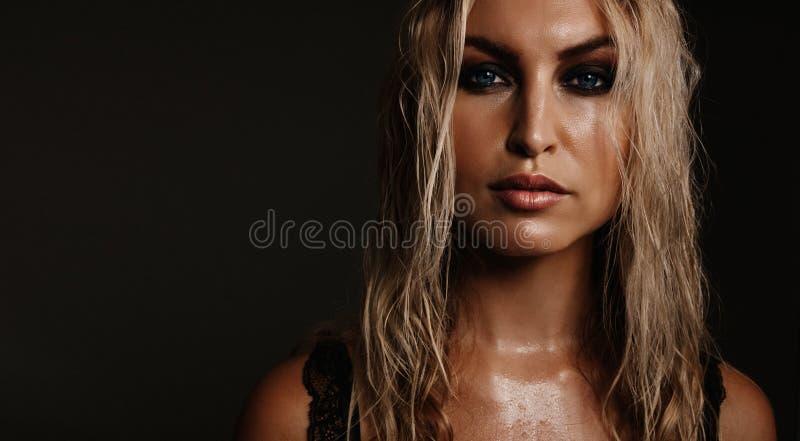 Schoonheidsportret van mooie jonge vrouw stock foto