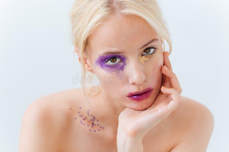 Schoonheidsportret van mooie jonge vrouw met heldere maniermake-up stock afbeelding