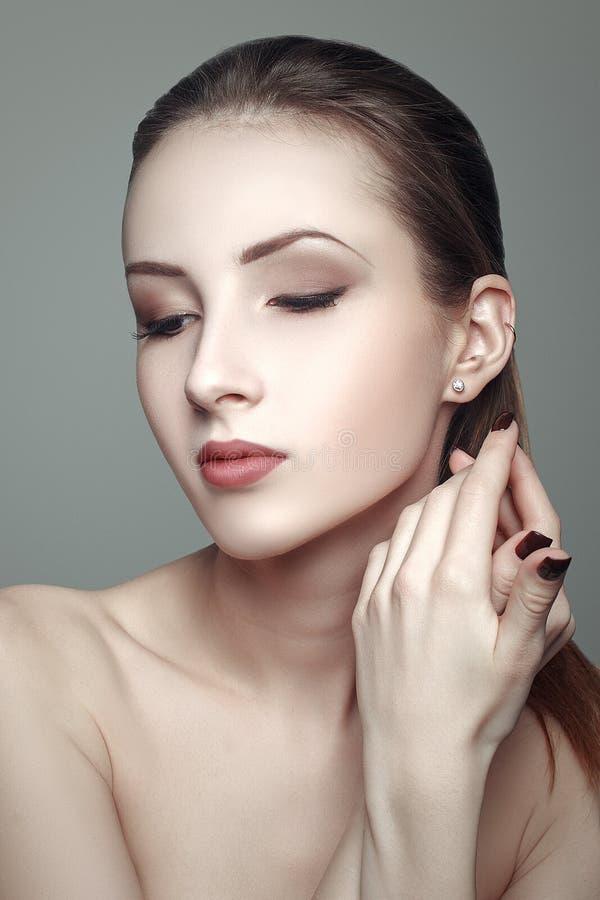 Schoonheidsportret van mooie jonge vrouw met schone mooie huid stock fotografie