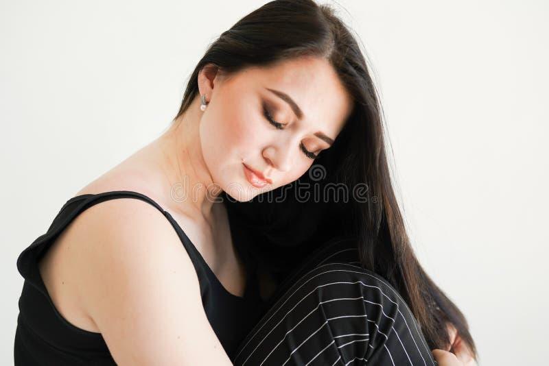 Schoonheidsportret van mooie jonge vrouw, op witte achtergrond, exemplaarruimte royalty-vrije stock afbeeldingen