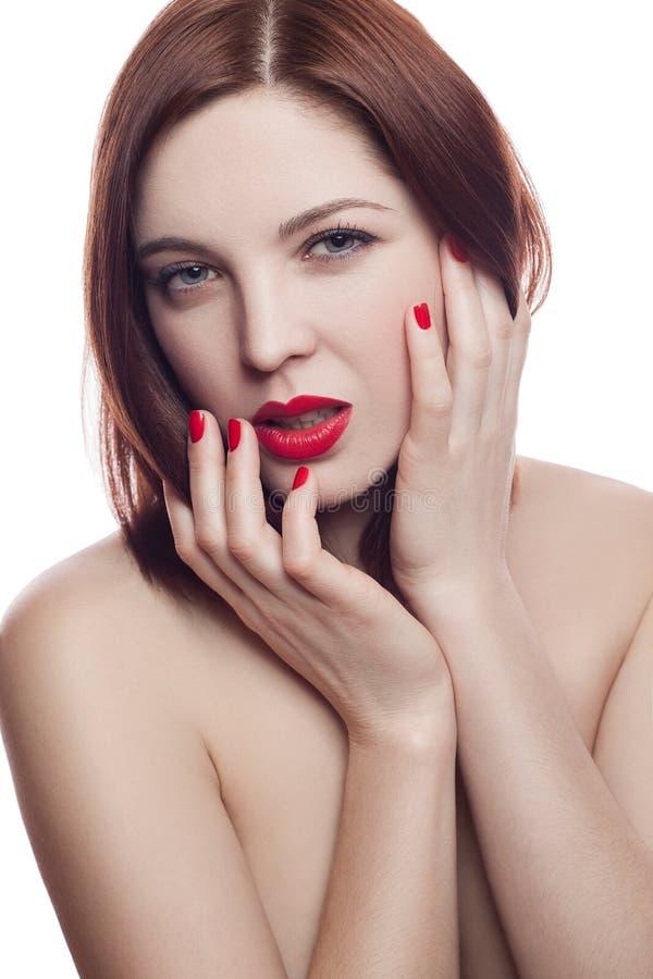 Schoonheidsportret van mooie vrolijke verse vrouw (30-40 jaar) met rode lippen en bruine haarstijl Geïsoleerdj op witte achtergro royalty-vrije stock foto