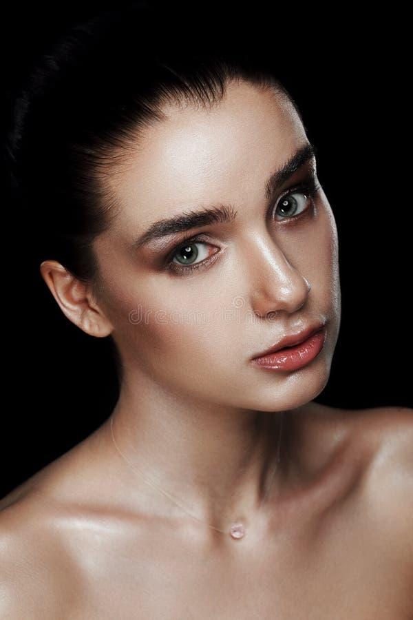 Schoonheidsportret van Mooie Vrouw met Strobing-Make-up Nat Lichaam E royalty-vrije stock foto
