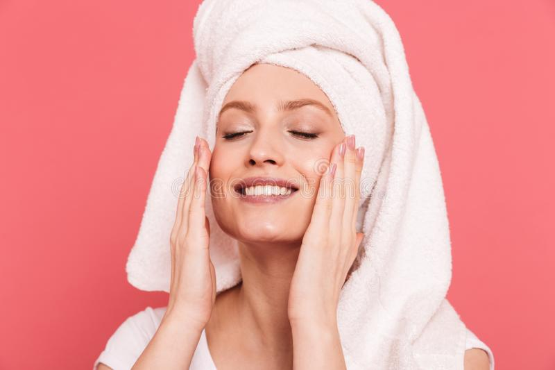 Schoonheidsportret van schitterende jonge vrouwenjaren '20 die in witte handdoek na douche wat betreft haar schoon vers gezicht w royalty-vrije stock foto's