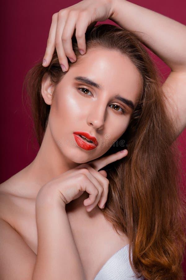 Schoonheidsportret van verleidelijke donkerbruine vrouw met schone huid en royalty-vrije stock foto