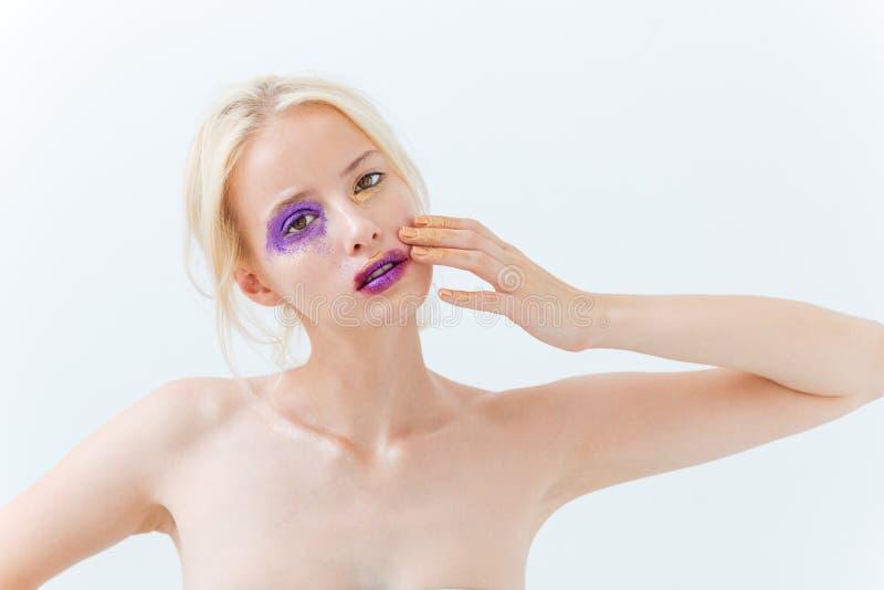 Schoonheidsportret van vrouw met creatieve make-up wat betreft haar gezicht stock afbeelding