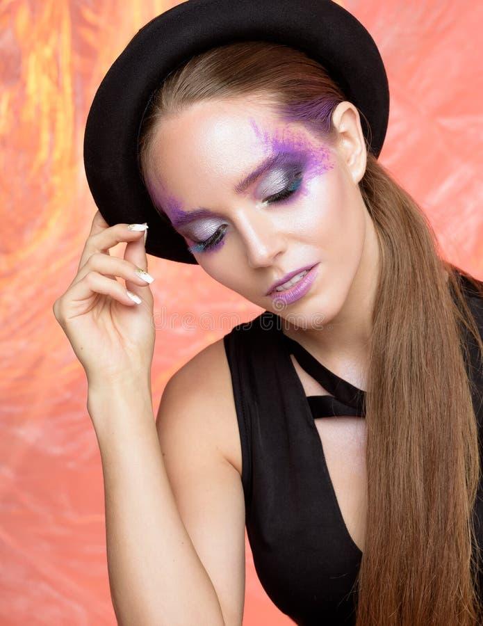 Schoonheidsportret van vrouw met creatieve violette make-up stock foto's
