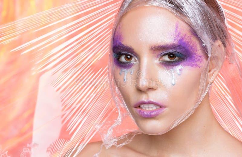 Schoonheidsportret van vrouw met creatieve violette make-up royalty-vrije stock afbeeldingen