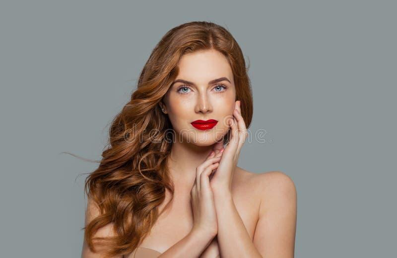 Schoonheidsportret van vrouw met lang krullend mooi gemberhaar stock afbeelding