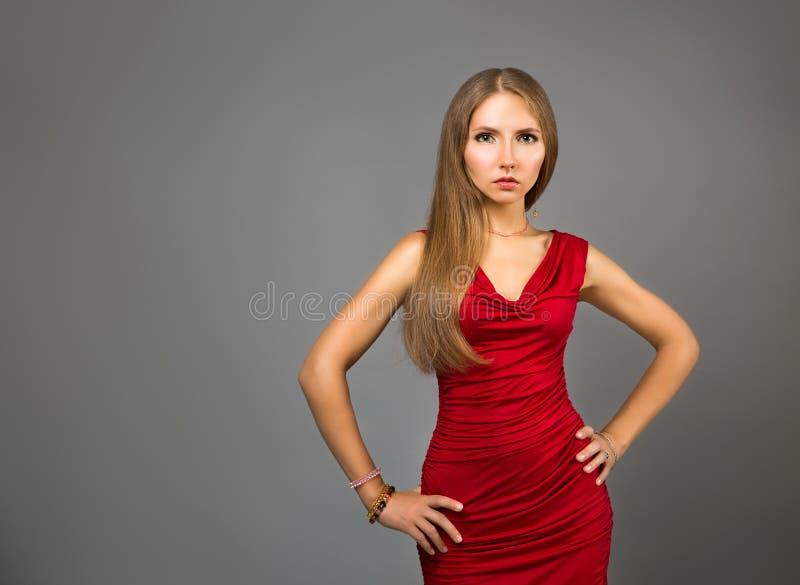 Schoonheidsportret van Vrouw in Rood op Gray Backgound stock afbeelding