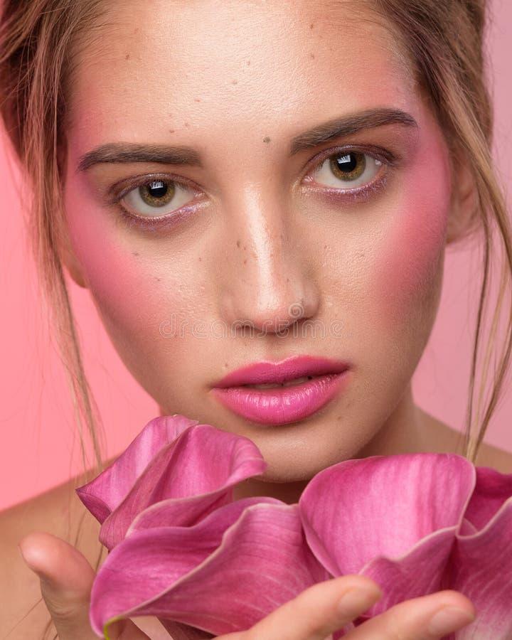Schoonheidsportret van vrouwengezicht met sproeten en een calla leliebloemen royalty-vrije stock fotografie