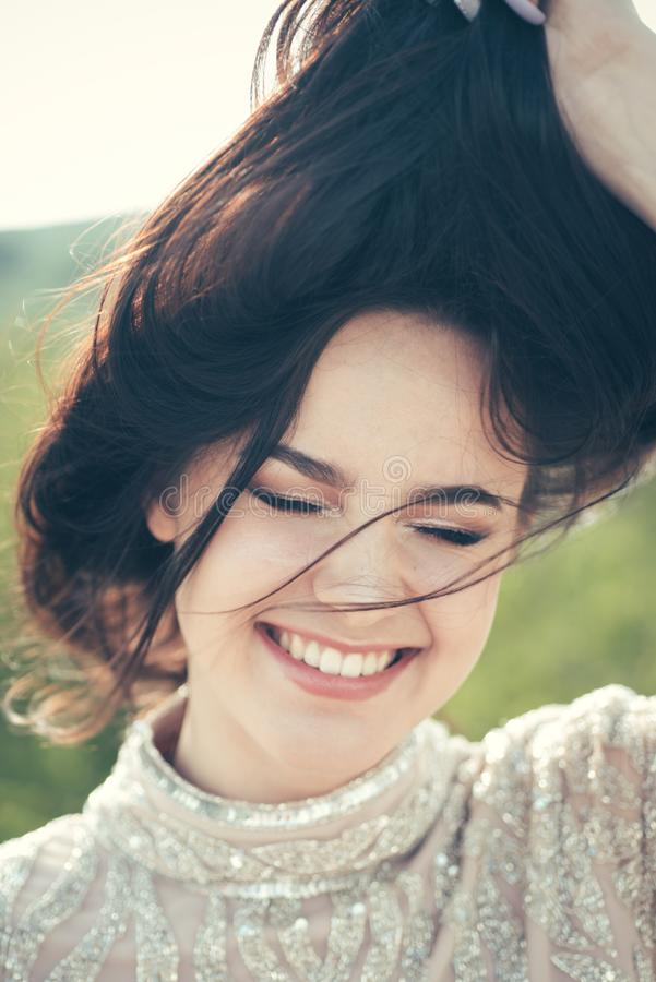 Schoonheidssalon en kapper Het portret van de manier van sexy vrouw Gelukkig meisje met lang donkerbruin haar make-upschoonheidsm stock foto's