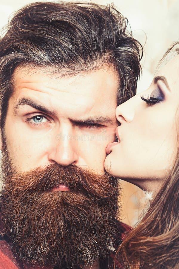 Schoonheidssalon en kapperswinkel De sensuele gebaarde man van de vrouwenkus, liefde Vrouw met make-uphuid en hipster met lange b stock afbeeldingen