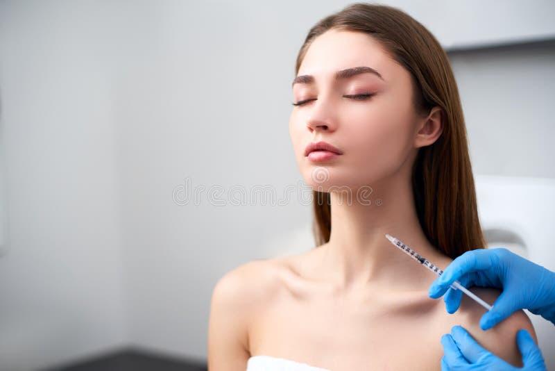 Schoonheidsspecialist arts die met botulinum toxinespuit injectie maken aan platysmal banden Mesotherapy halsverjonging anti stock fotografie