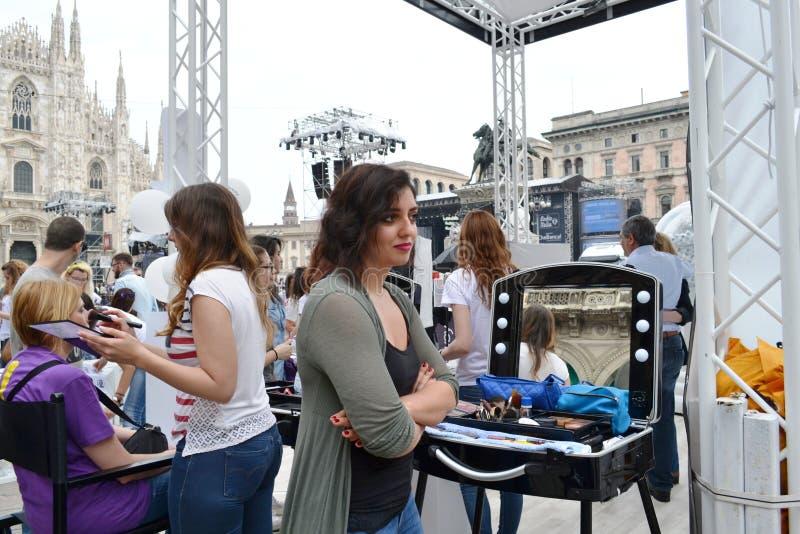 Schoonheidsspecialisten die klanten voor vrije in openlucht fotoreeks 'Brosway 'ontvangen in Milan Duomo-vierkant royalty-vrije stock foto