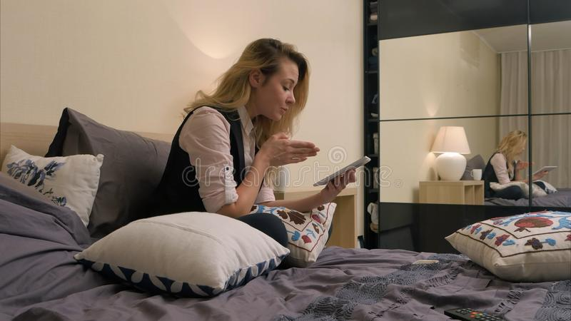 Schoonheidstiener met tablet die een videopraatje met vriend hebben, die nieuws spreken royalty-vrije stock foto