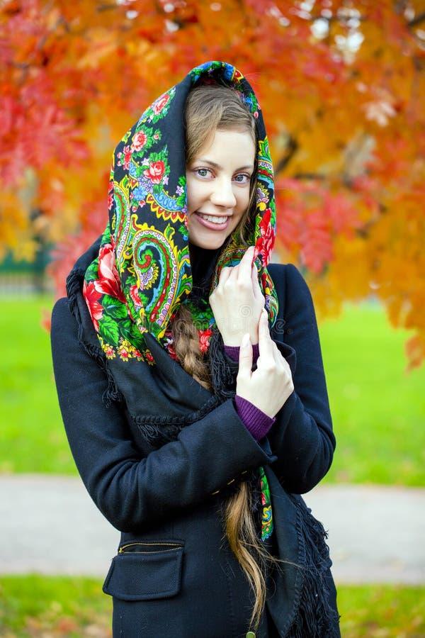 Schoonheidsvrouw in de nationale gevormde sjaal stock fotografie
