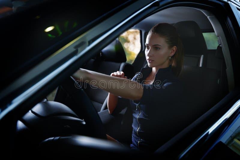 Schoonheidsvrouw die een auto drijven stock afbeeldingen
