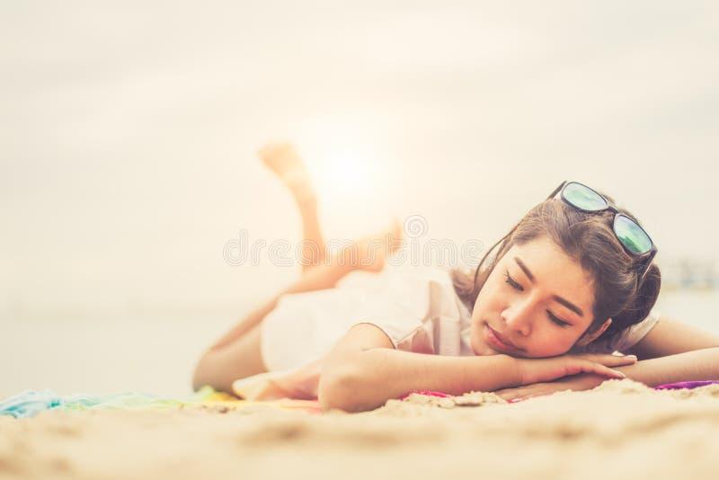 Schoonheidsvrouw die op strand liggen Overzees en oceaanmensen als achtergrond en stock foto's