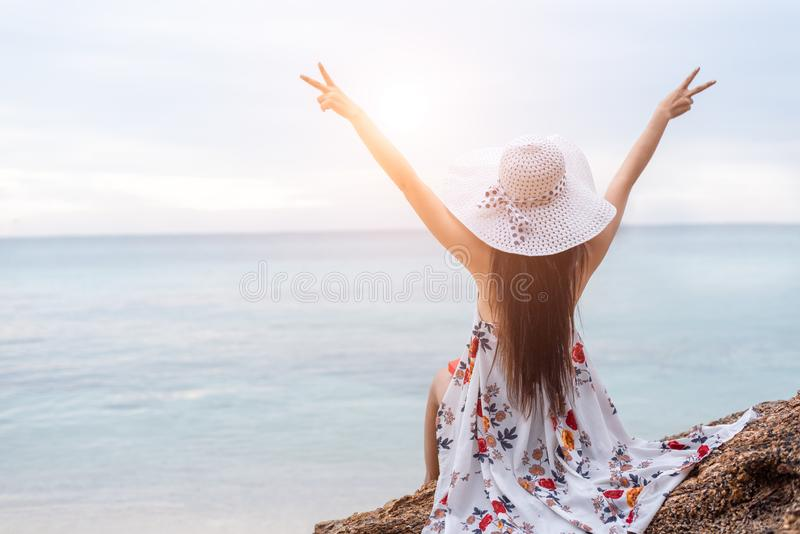 Schoonheidsvrouw die vrolijk gebaar naast het strand doen Vrouwenrais royalty-vrije stock afbeelding