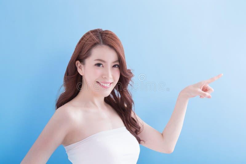 Schoonheidsvrouw met charmante glimlach royalty-vrije stock fotografie
