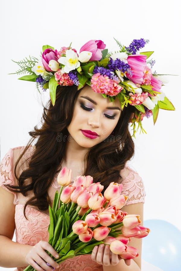 Schoonheidsvrouw met het boeket van de de Lentebloem Mooi meisje met B royalty-vrije stock afbeeldingen