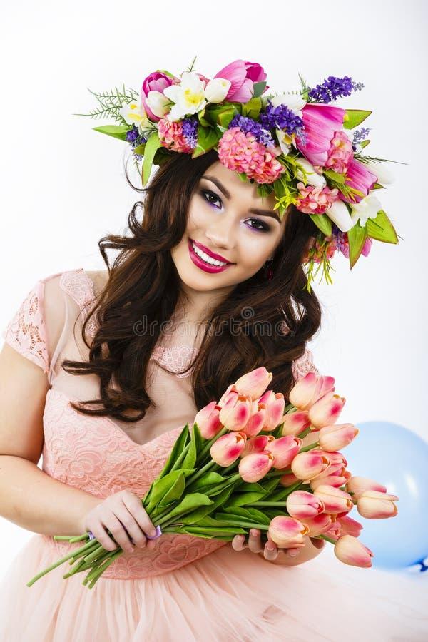 Schoonheidsvrouw met het boeket van de de Lentebloem Mooi meisje met B stock foto