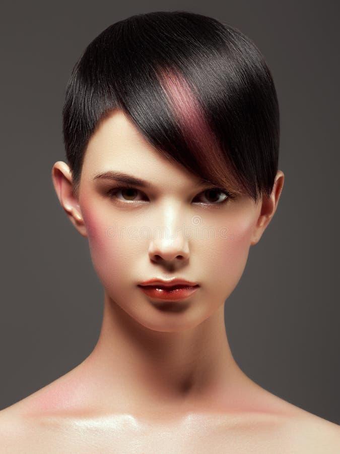 Schoonheidsvrouw met Lang Gezond en Glanzend Vlot Zwart Haar In Haarstijl Kort kapsel hairdressing Manier en schoonheidsconcept P royalty-vrije stock foto
