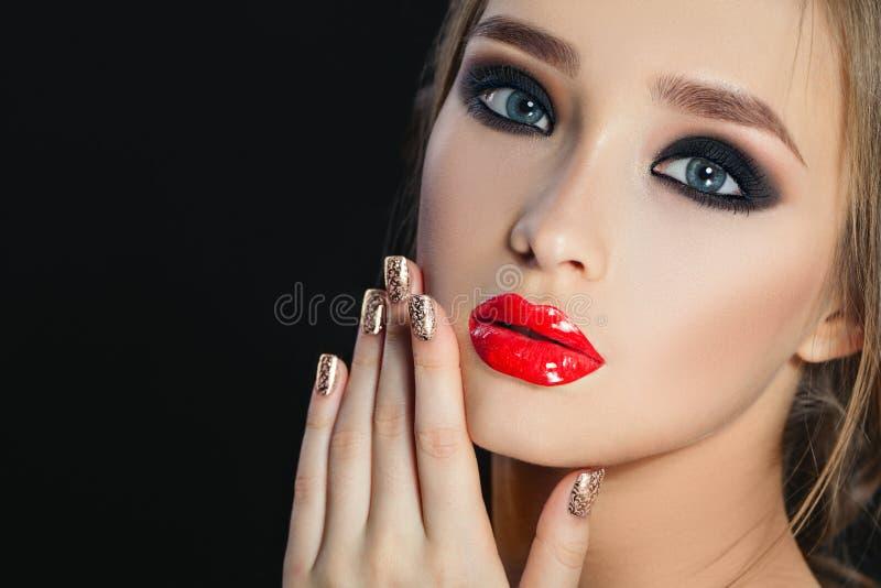 Schoonheidsvrouw met Perfecte Make-up en bruine haren Mooie Professionele Vakantiesamenstelling Rokerige ogen Rode Lippenspijkers royalty-vrije stock foto
