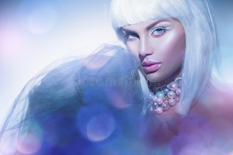 Schoonheidsvrouw met witte haar en de winterstijlmake-up Hoge Mannequin Girl Portrait royalty-vrije stock afbeeldingen