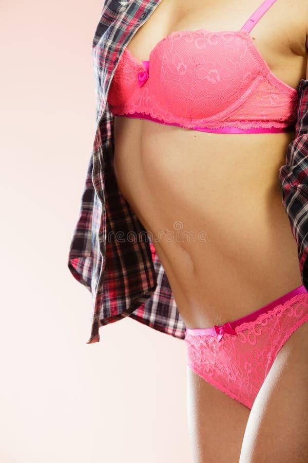 Download Schoonheidsvrouw In Roze Lingerie En Overhemd Stock Foto - Afbeelding bestaande uit schitterend, lichaam: 54091316