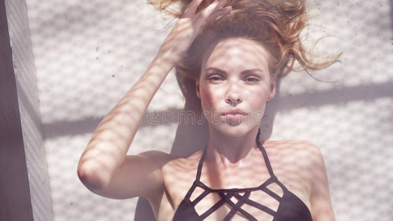 Schoonheidsvrouw swimwear dragen stock afbeelding