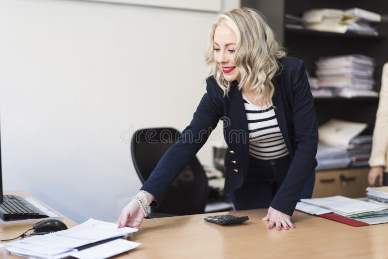 Schoonheidsvrouw woking gelukkig op kantoor stock afbeeldingen