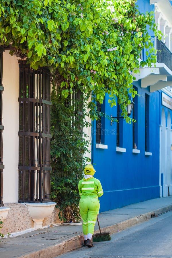 Schoonmaakster die de straten van de ommuurde stad in Cartagena DE Indias vegen royalty-vrije stock fotografie