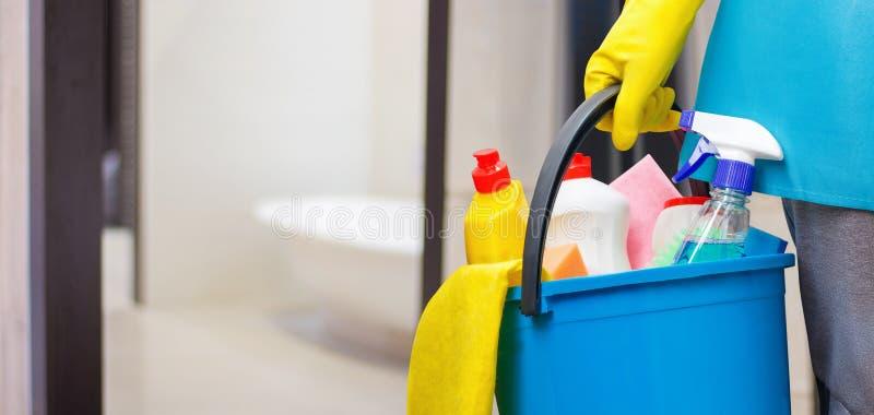 Schoonmaakster met een in hand emmer stock afbeelding