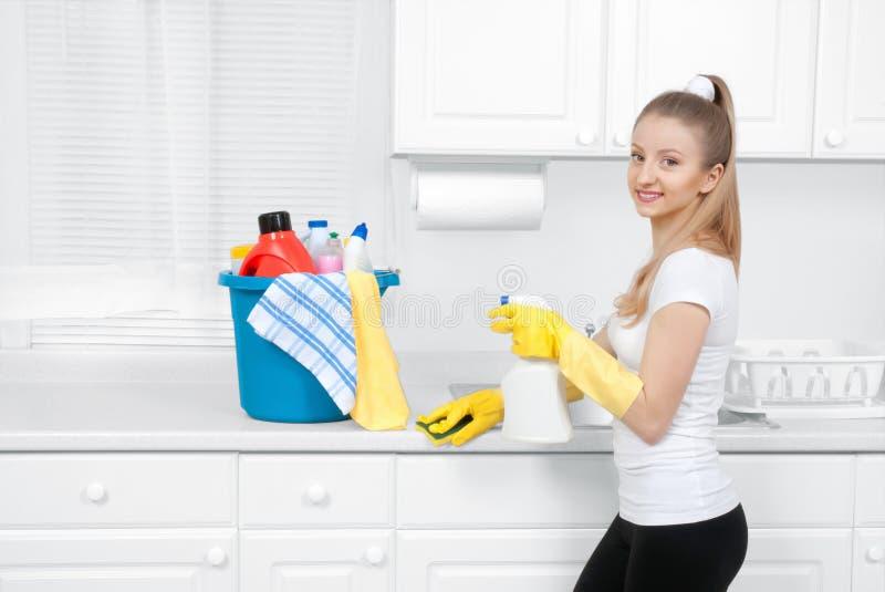 Schoonmaakster met emmer het schoonmaken van levering stock foto