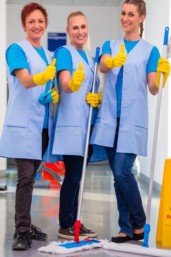 Schoonmaaksters die in team werken stock foto's